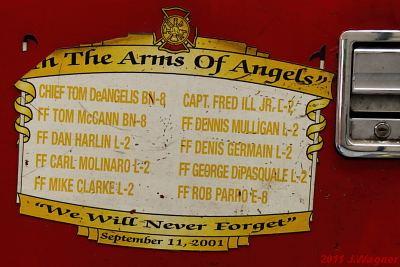Aufkleber an der Seitentür eines Feuerwehrautos in New York 2011 zum Gedenken an die Gestorbenen bei 9-11